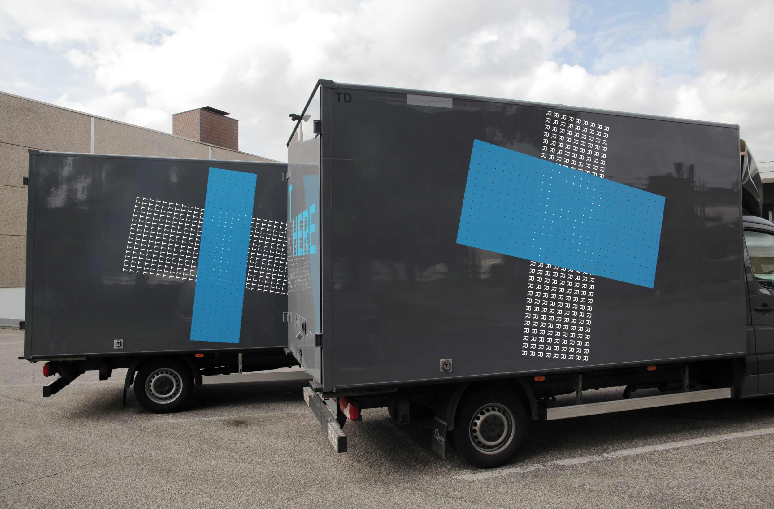 <p>Ein Projekt von Hannah Rath</p>  <p>mit Tandem Kunsttransporte,</p>  <p>2014-15</p>  <p>/</p>  <p>Fünf LKW Der Kunstspedition wurden von Hannah Rath gestaltet.</p>  <p>Zu dem Projekt ist eine Postkartenedition erschienen.</p>  <p>| A project by Hannah Rath with Tandem Kunsttransporte.</p>  <p>Five small trucks, belonging to this art-shipping company, were designed by Hannah Rath.</p>  <p>An edition of postcards was published in the course of the projekt.</p>  <p> </p>